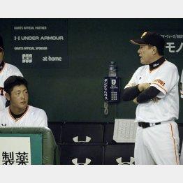 原監督(右)に声を掛けられる岡本/(C)日刊ゲンダイ