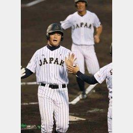 初回、勝俣の走者一掃の三塁打で生還する清宮(C)日刊ゲンダイ