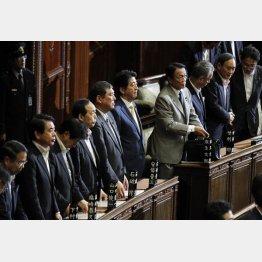 安全保障関連法案を与党の賛成多数で可決した衆院本会議(C)日刊ゲンダイ