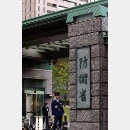 制服組の暴走が懸念される(C)日刊ゲンダイ