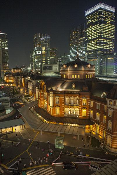 東京駅で待ち合わせ(C)日刊ゲンダイ