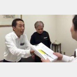 9177人分の署名を手渡す天野氏
