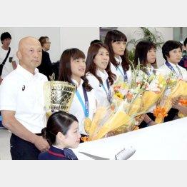 女子代表選手と栄強化本部長(C)日刊ゲンダイ