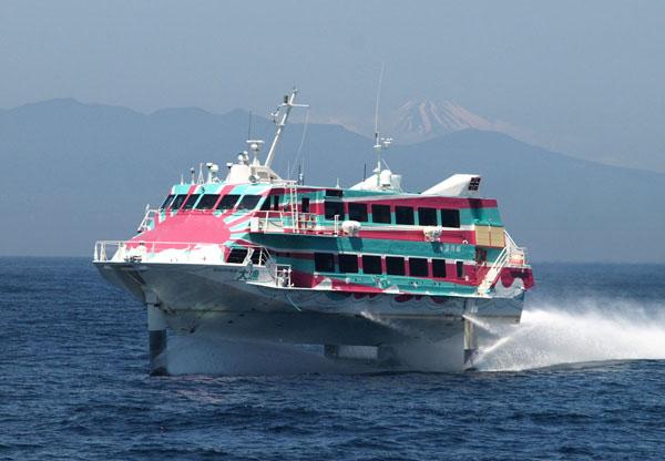 高速ジェット船なら伊豆大島まで1時間45分(提供写真)