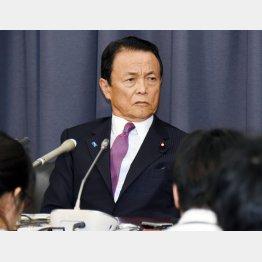 会見する麻生財務大臣(C)日刊ゲンダイ