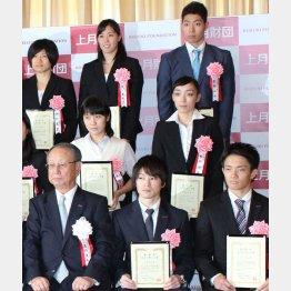 上月スポーツ賞で記念撮影に応じる萩野(右上)(C)日刊ゲンダイ