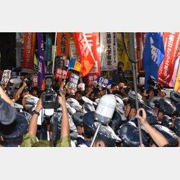 警官隊と激突、怒号飛び交う(C)日刊ゲンダイ