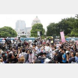 30日、マイクを持って唱えているのがSEALDsの奥田愛基さん(明治学院大学学生)/(C)日刊ゲンダイ