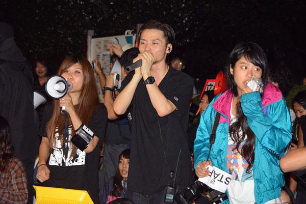 SEALDs新たな抗議(央・奥田氏)(C)日刊ゲンダイ