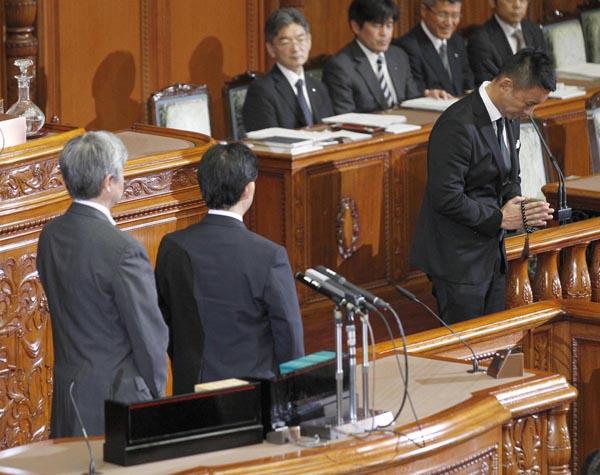 牛歩に踏み切ったのは山本太郎議員(右端)だけだった(C)日刊ゲンダイ