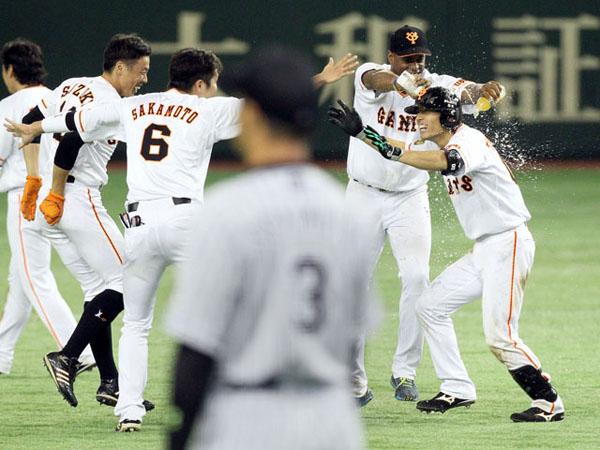 阪神にサヨナラ勝ちで喜ぶ巨人ナイン(C)日刊ゲンダイ