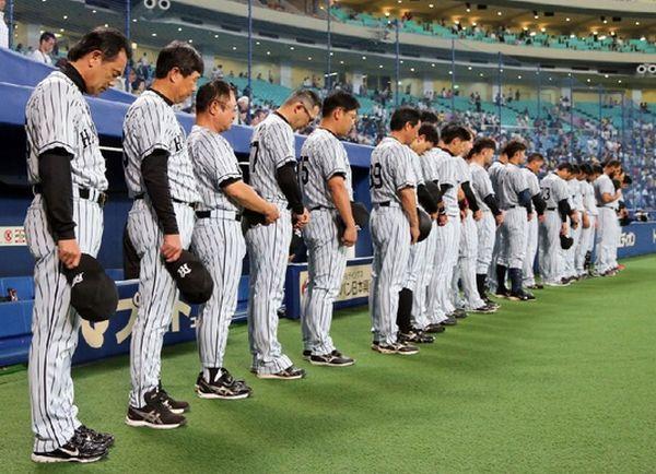 24日の試合前、中村GMを偲び黙祷する阪神ナイン(C)日刊ゲンダイ