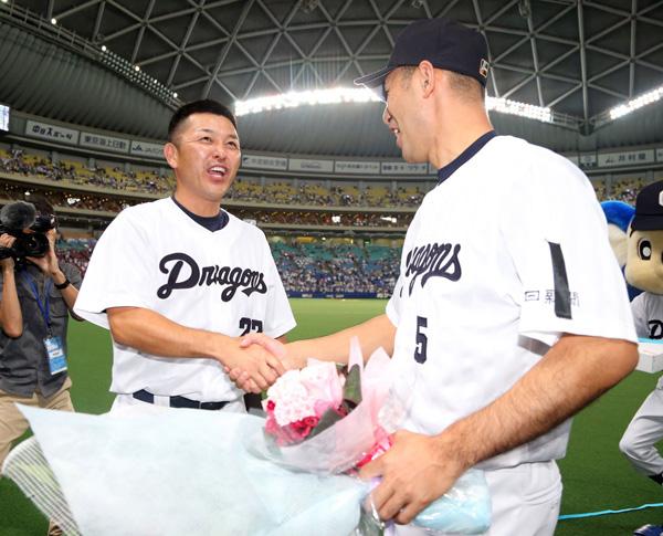 ともに引退する和田(右)と握手する谷繁監督(C)日刊ゲンダイ