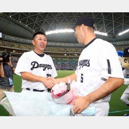 ともに引退する和田(右)と握手する谷繁監督