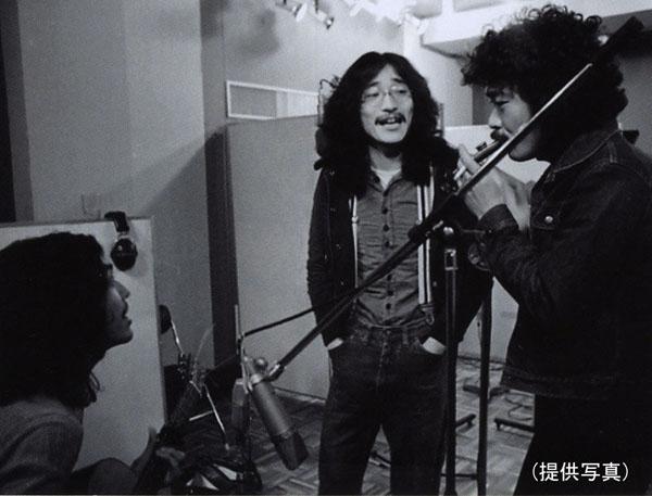 メンバーと談笑する上田正樹(中央)(提供写真)