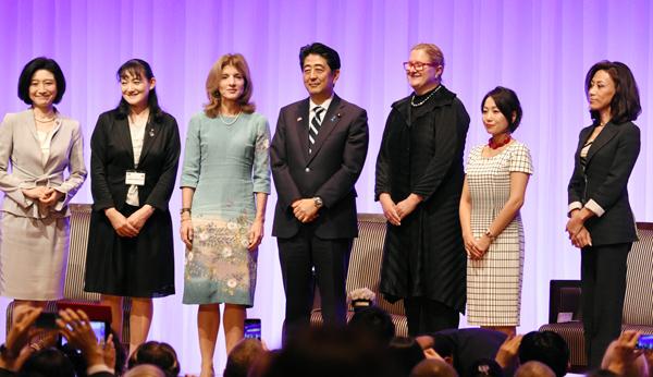 ウーマンビジネスサミットに出席した安倍首相(C)日刊ゲンダイ