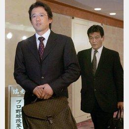 04年の球界再編成騒ぎのときは、古田選手会長(左)と力を合わせて戦った松原事務局長(C)日刊ゲンダイ