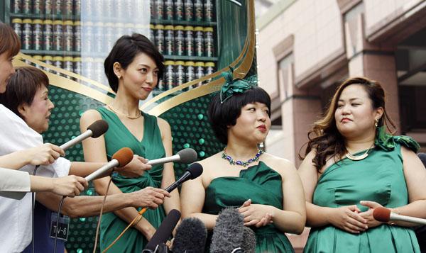 相武紗季(左)と「おかずクラブ」の2人(C)日刊ゲンダイ