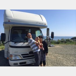 北海道で妻・絹子と孫と一緒に(提供写真)