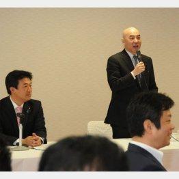 左に写るのが木原前青年局長(C)日刊ゲンダイ