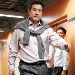 この日の練習後、厳しい表情で東京ドームを後にする原監督(C)日刊ゲンダイ