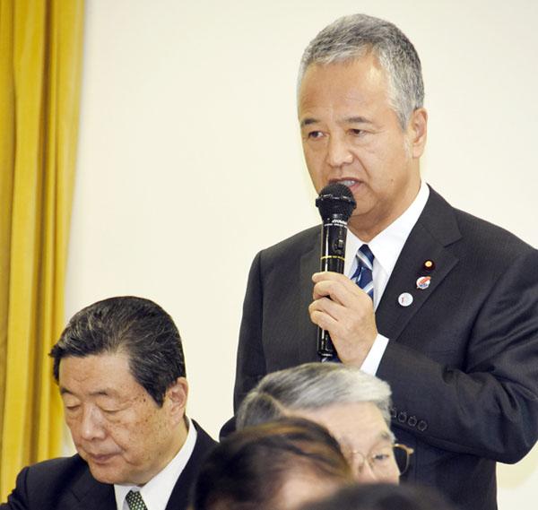 妥結内容を自民党議員に報告する甘利明TPP担当相(C)日刊ゲンダイ