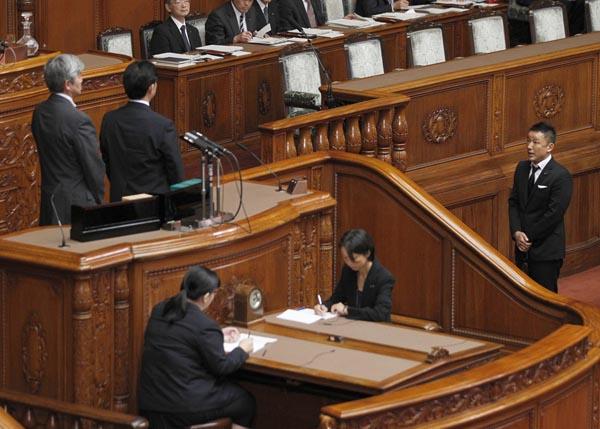 安保法案に反対し、ひとりで「牛歩戦術」を取った山本太郎議員(C)日刊ゲンダイ