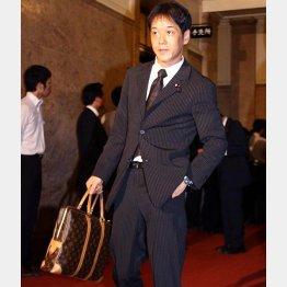2007年の初登院はルイ・ヴィトンのバッグで(C)日刊ゲンダイ