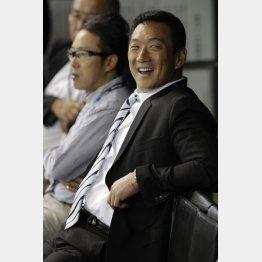 試合前ベンチで談笑する金本氏(C)日刊ゲンダイ