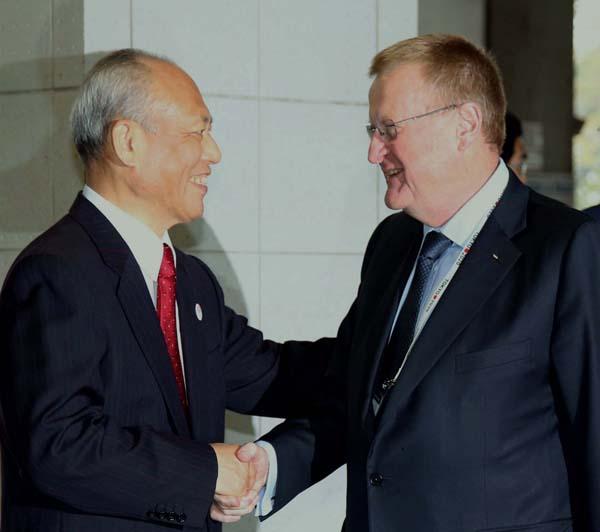 舛添都知事(左)とIOCのジョン・コーツ調整委員長(C)日刊ゲンダイ