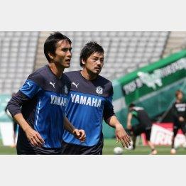 岐阜戦で2ゴール(左は1ゴールのFW前田)(C)六川則夫
