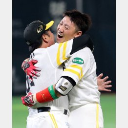 工藤監督(左)と抱擁する内川(C)日刊ゲンダイ