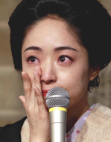 最後に感想を求められ思わず涙(C)日刊ゲンダイ