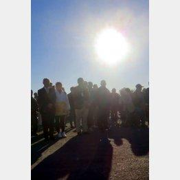 毎月11日、14時46分に避難所から黙祷する双葉町民(C)日刊ゲンダイ