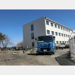 広野小学校敷地内に建設中の寮(C)岡邦行
