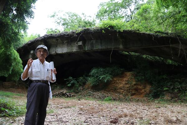 掩体壕を前に説明する中島さん(C)日刊ゲンダイ