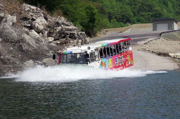 水陸両用バスでダム探検&ダム湖遊覧(提供写真)