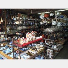 陶器が所狭しと並ぶ(カワスギ陶器店)
