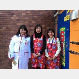 売り場の女神?(左から、福谷、金村、未富さんと名前もめでたい)(C)日刊ゲンダイ