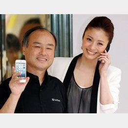 現在は産休中の上戸彩(左)と孫正義氏(C)日刊ゲンダイ