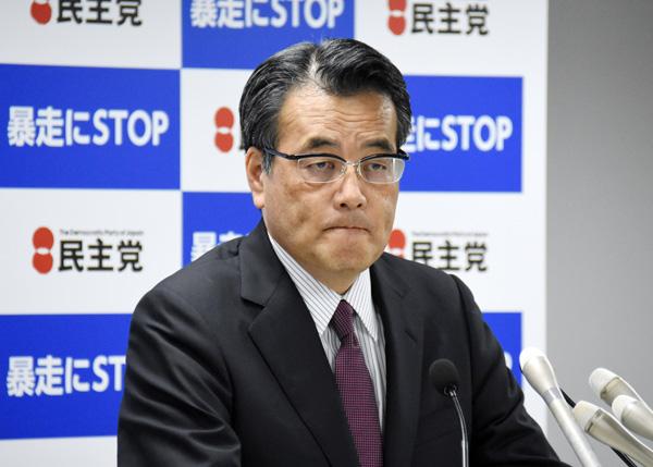 定例会見をする民主党の岡田代表(C)日刊ゲンダイ