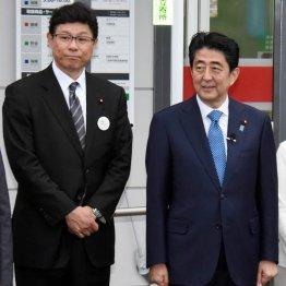 19日、安倍首相(右)と福島を訪問した高木復興相