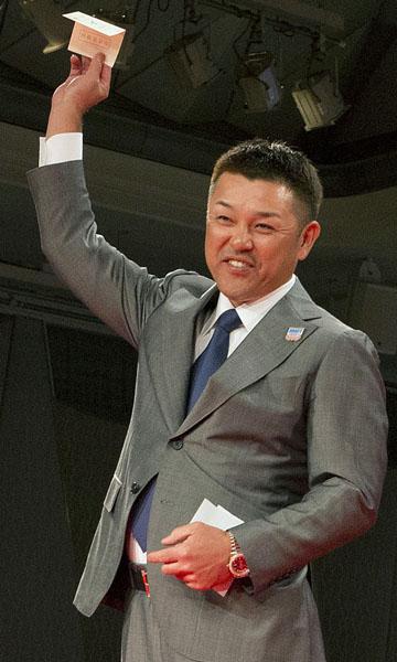小笠原の交渉権を引き当てた谷繁監督(C)日刊ゲンダイ