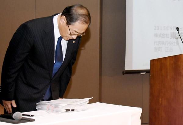 反省ゼロ(9月の会見での室町東芝社長)/(C)日刊ゲンダイ