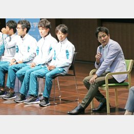青山学院大学の公演で選手たちと(C)日刊ゲンダイ
