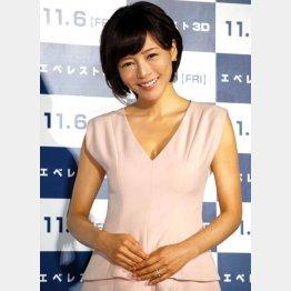 報道陣に指輪を披露した釈由美子(C)日刊ゲンダイ