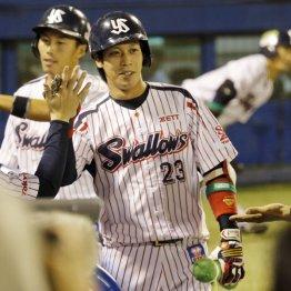 3打席連続本塁打でナインに迎えられる山田(C)日刊ゲンダイ