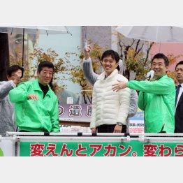 素通りする人も(中央が市長選の吉村候補)/(C)日刊ゲンダイ