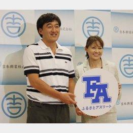 事務所の先輩・石井一久氏と一緒に(C)日刊ゲンダイ