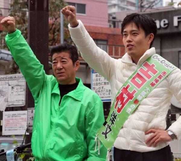 給料は1500万円と明かした松井幹事長(左)と市長候補の吉村洋文氏(C)日刊ゲンダイ